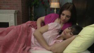 mama uspavljuje kćer