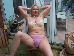 slobodna debeljuskasta zena u srednjim godinama