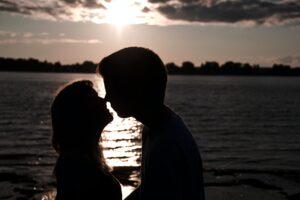 brat i sestra se ljube kraj reke