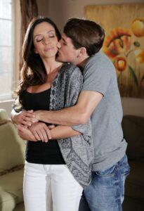 mama i sin u zagrljaju